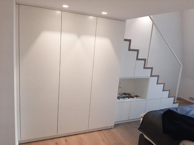 2020: Treppe mit integriertem Einbauschrank