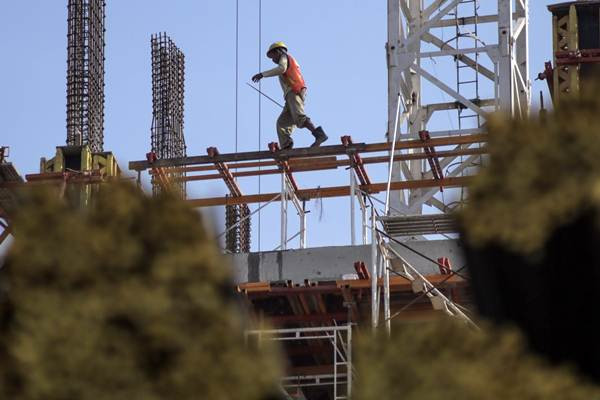 Pekerja beraktivitas di proyek pembangunan gedung bertingkat di kawasan Daan Mogot, Tangerang, Kamis (3/8). - JIBI/Felix Jody Kinarwan