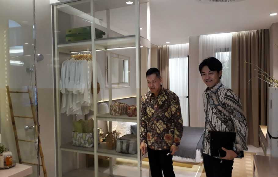 Sales and Marketing Director Vasanta, Ming Liang (kiri) bersama Marketing Director PT Mitsubishi Corporation Indonesia, Kenji Shimazaki saat menunjukkan show unit Tower Chihana, di Cikarang, Bekasi, Selasa (22/10/2019).  ( Foto: Beritasatu Photo / Mikael Niman )
