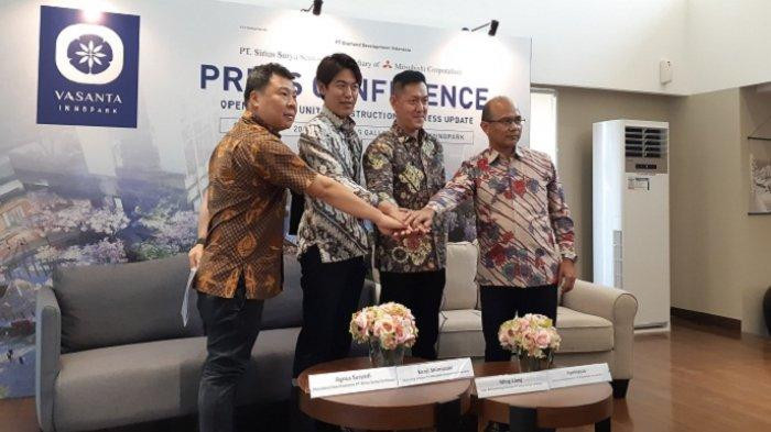 President Commisioner PT Sirius Sentosa, Agnus Suryadi; Marketing Director PT Mitsubishi Corporation Indonesia, Kenji Shimazaki; Sales & Marketing Director PT Sirius Surya Sentosa, Ming Liang; dan Direktur Marketing Gedung 1 PT PP Construction & Investment, Aprinauza, foto bersama saat konferensi pers opening show unit dan construction progress update apartemen Vasanta Innopark di Marketing Gallery Vasanta Innopark, di kawsan MM 2100, Cikarang, Bekasi, Jawa Barat, Selasa (22/10/2019). (Wartakotalive.com/Mochammad Dipa)