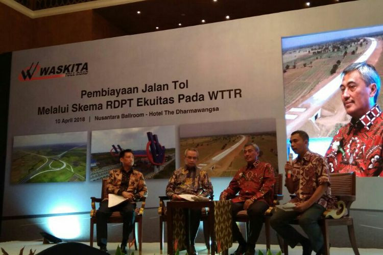 PT Waskita Toll Road (WTR) berhasil meraup dana besar senilai Rp 5 triliun yang didapat melalui penerbitan Reksa Dana Penyertaan Tetap (RDPT) Ekuitas Danareksa Infrastruktur Tol Trans Jawa yang ditandatangani bersama para investor di Hotel Dharmawangsa Jakarta, Selasa (10/4/2018)