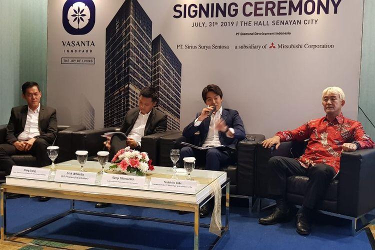 """Signing Ceremony Sirius Surya Sentosa dan Mitsubishi Corporation Indonesia untuk proyek Vasanta Innopark. Dari kiri ke kanan Direktur Marketing SSS Ming Ling, CEO SSS Erick Wihardja, Managing Director MCI Kenzi Shimazaki, dan Presiden Direktur BFIE Yoshihiro Kobi, Rabu (31/7/2019)(KOMPAS.com/HILDA B ALEXANDER)   Artikel ini telah tayang di Kompas.com dengan judul """"Mitsubishi dan Sirius Surya Garap Proyek 700 Juta Dollar AS di Bekasi"""", https://properti.kompas.com/read/2019/07/31/161930821/mitsubishi-dan-sirius-surya-garap-proyek-700-juta-dollar-as-di-bekasi?page=all.  Penulis : Hilda B Alexander Editor : Hilda B Alexander"""