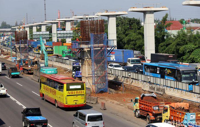 Jakarta - Proyek tol layang Jakarta-Cikampek sempat dihentikan sementara oleh pemerintah. Namun kini proyek itu kembali dilanjutkan setelah mendapat persetujuan dari KKK.