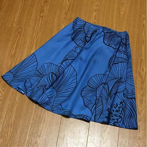 季節に合う華やかなスカート