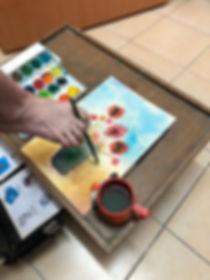רויל מציירת בזרת כף הרגל