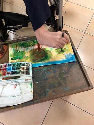 אריה גנון מצייר בעזרת הרגל