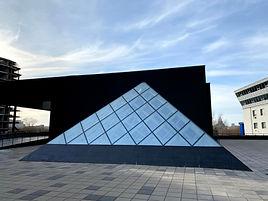 стеклянная пирамида у миссис.jpg