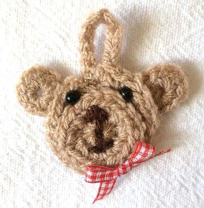 Gehäkelter Geschenkeanhänger Bär