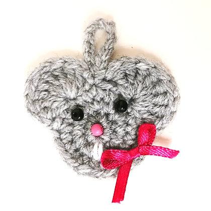 Gehäkelter Geschenkeanhänger Maus