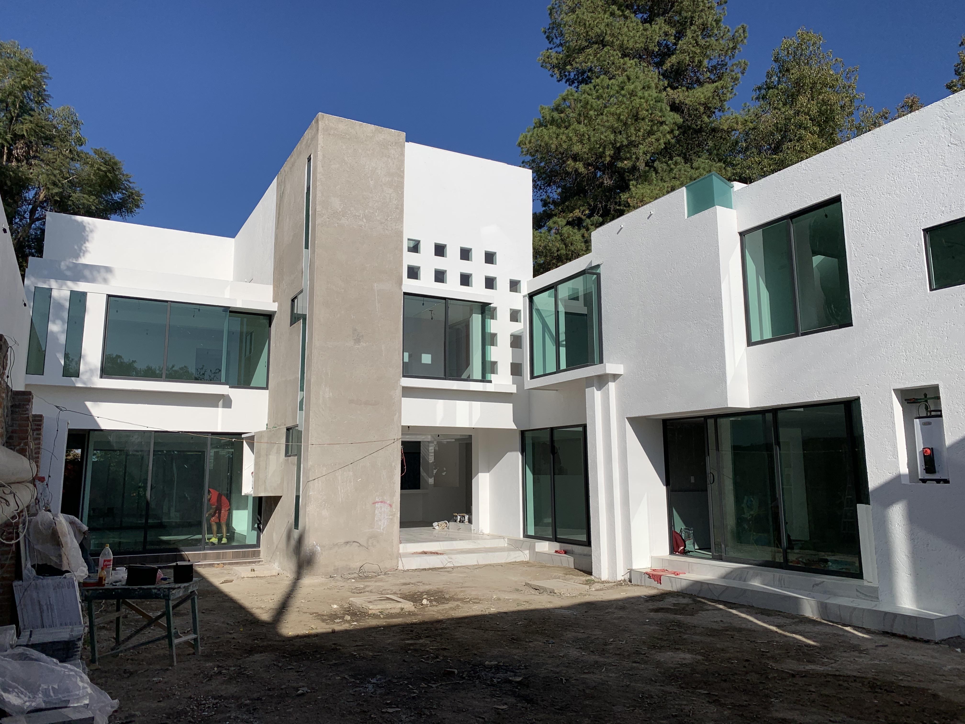 Construcción frente casa