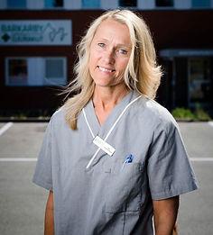 Tina Knutas framför sitt livsprojekt, Barkarby Djurakut i Järfälla.