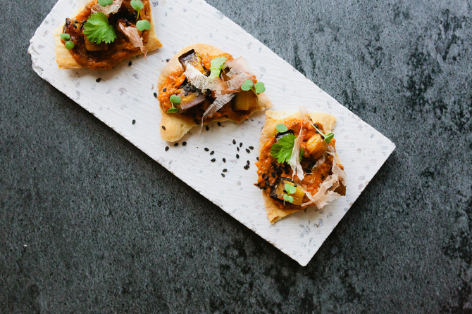Mini-cracker van Italiaans platbrood met Delisol aubergine kaviaar, gerookte aubergine-blokjes en bo