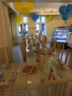 Caféen er pyntet til børne fest