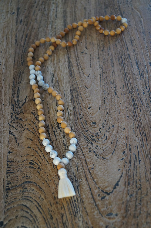 Necklace in Thuja & white Howlite