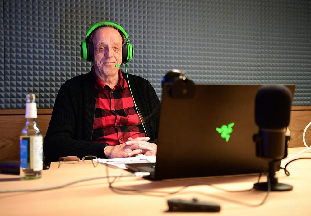 Fußballreporter Rolf Fuhrmann beim Logged in Festival im Hamburger Ding