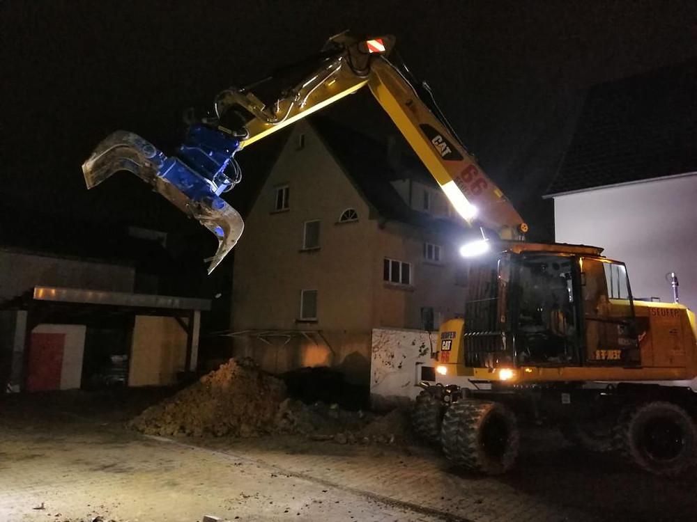 Ein Bagger auf der Baustelle in Ludwigsburg beim Abriss von Gebäuden