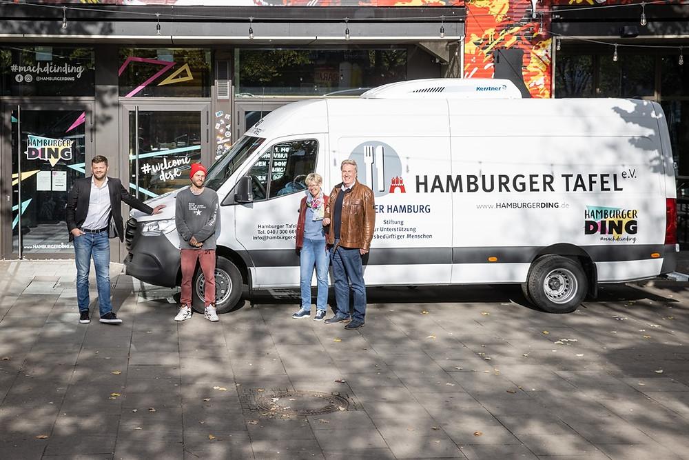 Ein Sprinter für die Hamburger Tafel vor dem Hamburger Ding