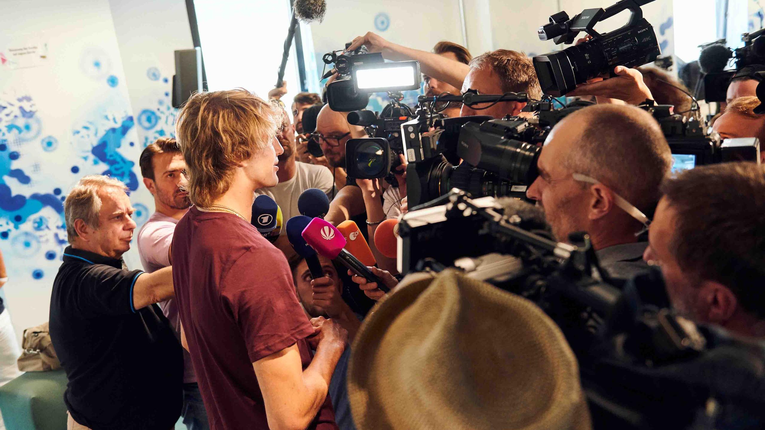 Tennisprofi Alexander Zverev bei der Pressekonferenz im Hamburger Ding