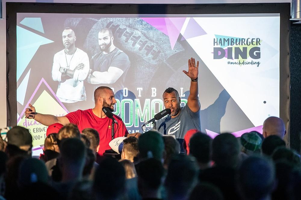 Coach Esume und Björn Werner bei der Live-Football-Bromance im Hamburger Ding mit NFL-Public Viewing