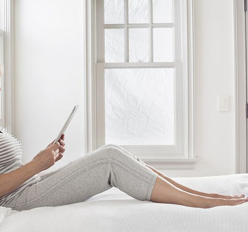 Kvinde med Ipad i seng