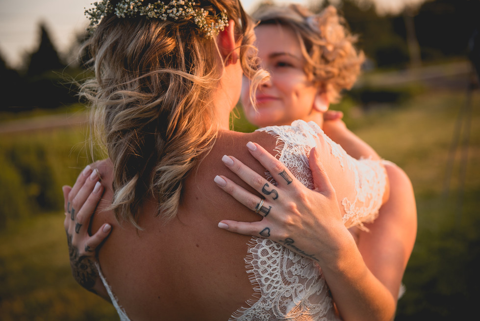 SurInvitationSeulement_JulieDeLeemansPhotographe_VignobleSt-Gabriel_GoldenHour_LGBT_Couple-13