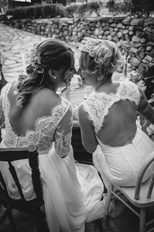 SurInvitationSeulement_JulieDeLeemansPhotographe_VignobleSt-Gabriel_BW_LGBT_Couple-06