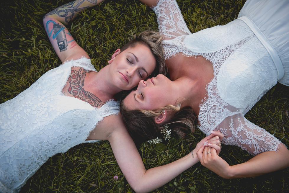 SurInvitationSeulement_JulieDeLeemansPhotographe_VignobleSt-Gabriel_GoldenHour_LGBT_Couple-11