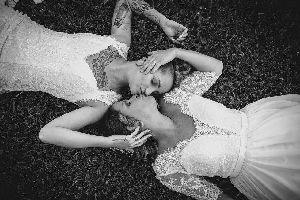 SurInvitationSeulement_JulieDeLeemansPhotographe_VignobleSt-Gabriel_BW_LGBT_Couple-02