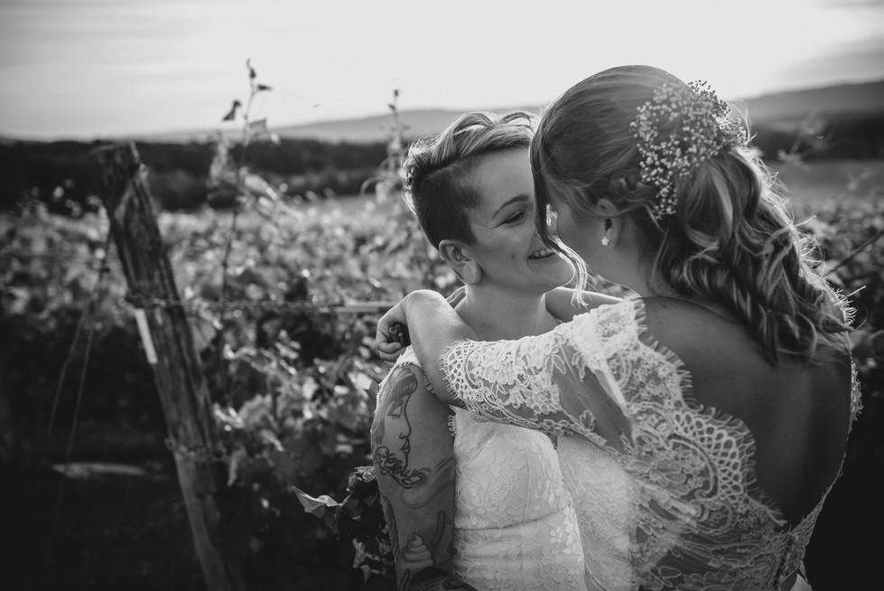SurInvitationSeulement_JulieDeLeemansPhotographe_VignobleSt-Gabriel_BW_LGBT_Couple-04