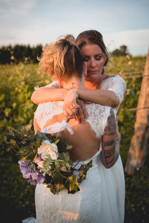 SurInvitationSeulement_JulieDeLeemansPhotographe_VignobleSt-Gabriel_GoldenHour_LGBT_Couple-15