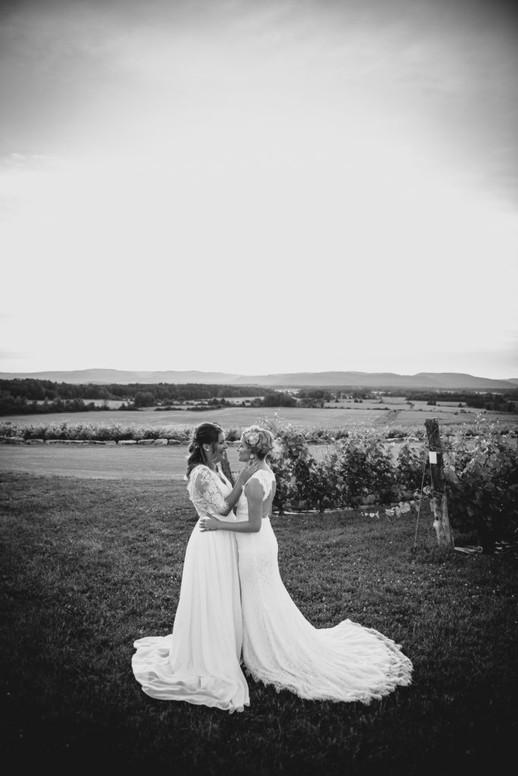 SurInvitationSeulement_JulieDeLeemansPhotographe_VignobleSt-Gabriel_BW_LGBT_Couple-01