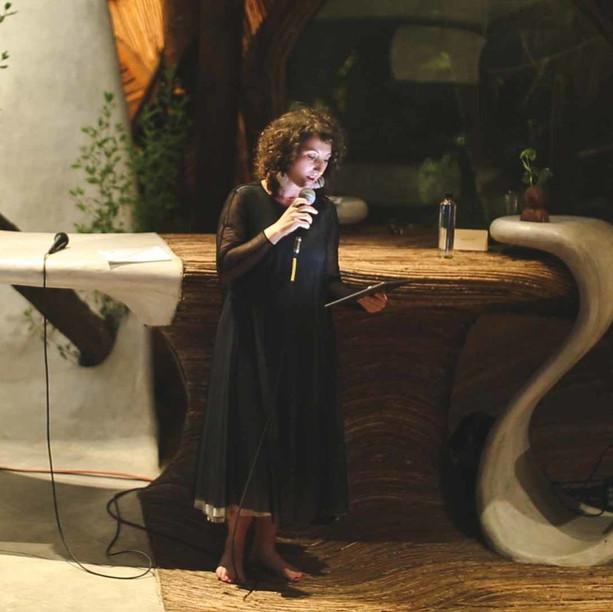Alyssa Nitchun - El ataque de los monumentos de 50 pies