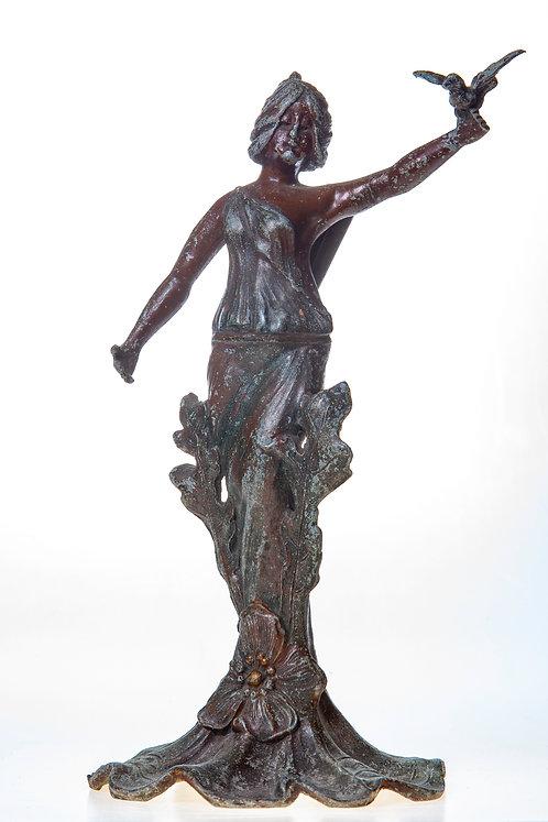 Femme à l'oiseau, statue en régule
