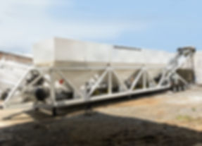 ZEUS60 - Planta dosificadora de tres tolvas con celdas de carga, banda radial, 6 gatos, bomba de agua y apertura neumática. Hegamex. plantasconcreto.com