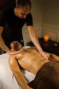 massage du torse lors d'un massage cailfornien ou suedois