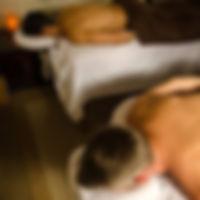 Lors d'un massage en duo: deux tables et deux masseurs pour vous faire masser en même temps