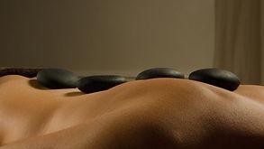 Pierres statiques sur le dos lors d'un massage aux pierres chaudes