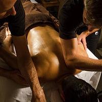 Mouvements sur le dos lors d'un massage à quatre mains