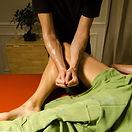 massage de la jambe lors d'un massage hawaïen Lomi Lomi