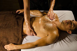 massage du torse lors d'un massage californien, suédois