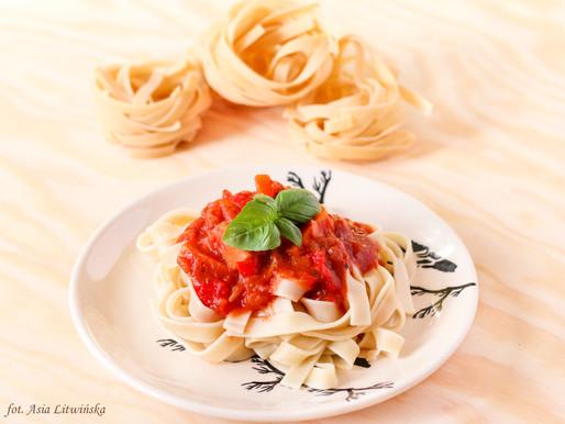 Makaron z sosem pomidorowym