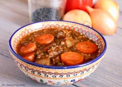 Czarna soczewica w pomidorowym sosie