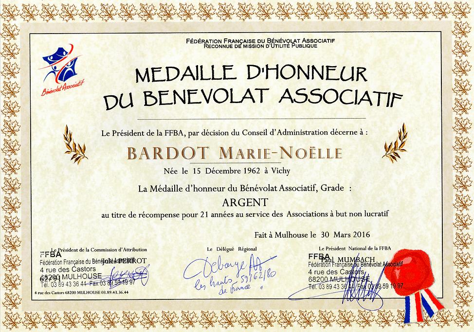 Marie Bardot décorée de la Médaille d'honneur du bénévolat associatif
