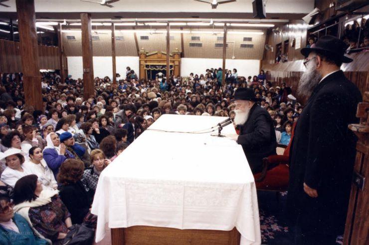 Rebbe speaking to Nshei 2.jpg