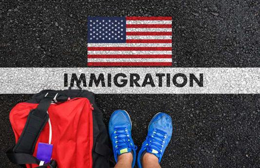 Empresário de escritório de imigração vê