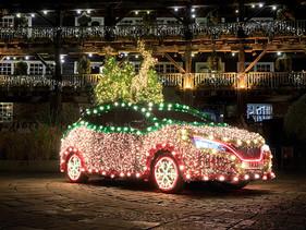 Nissan LEAF se convierte en brillante árbol de Navidad impulsado por energía regenerativa