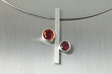 zwei-machen-schmuck-anhaenger-kette-stab-kreis-garnat-madaringranat-rot-orange-design-goldschmiede-anfertigung-essen-ruettenscheid