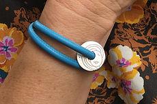 zwei-machen-schmuck-armband-leder-sternzeichen-gravur-silber-doro-ostgathe-magnet-schloss-design-goldschmiede-essen