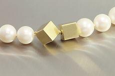 zwei-machen-schmuck- perlen-kette-goldschloss-wuerfel-zuchtperlen-design-goldschmiede-essen-ruettenscheid