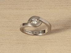 zwei-machen-schmuck-ring-diamant-brillant-solitaer-welle-umarmen-verlobungsring-weissgold-platin-goldschmiede-anfertigung-essen